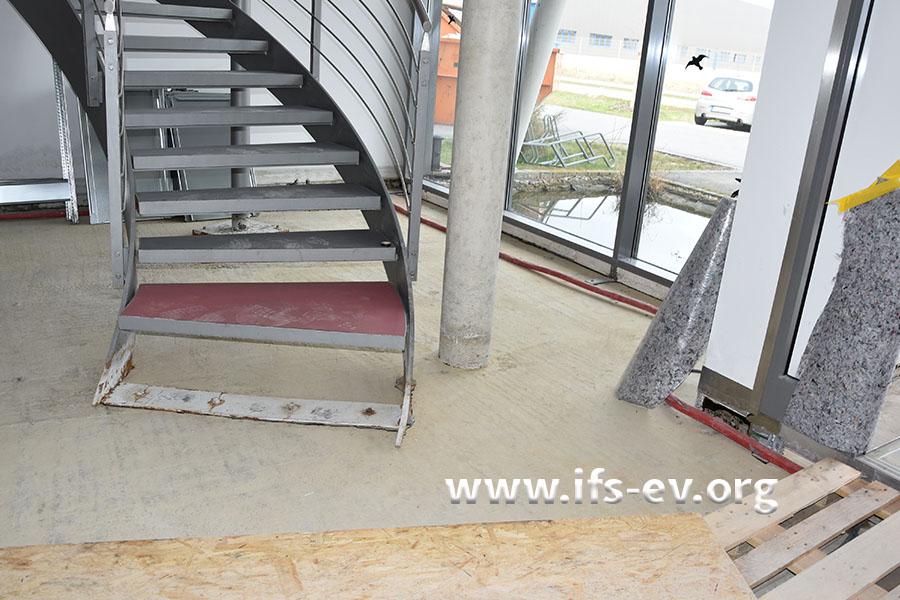 Die Stahltreppe ist im Sockelbereich korrodiert und die Betonsäule daneben mit Chloriden belastet.