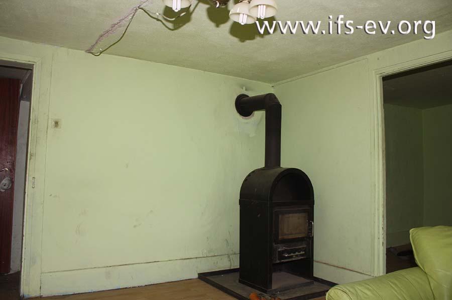 Der Festbrennstoffofen im Wohnzimmer.