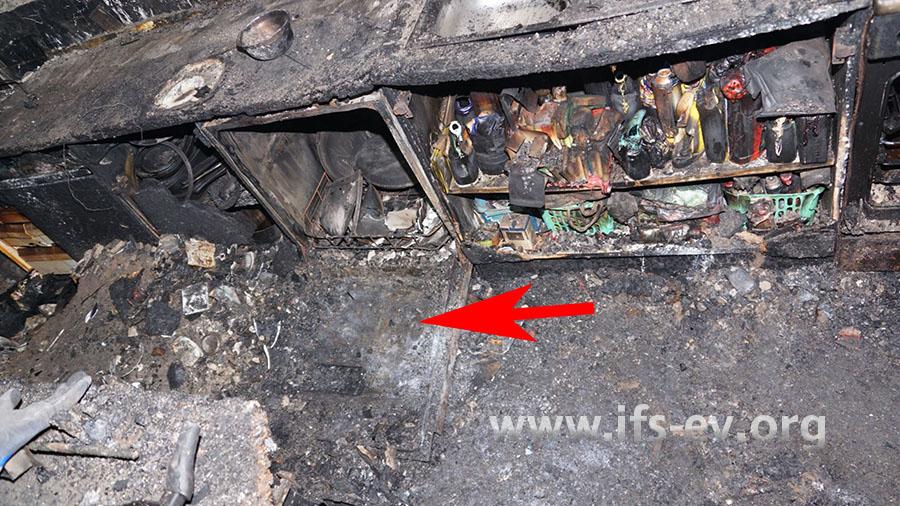 Beim Räumen des Brandschutts in der Küche wird die nach vorn gefallene Tür des Geschirrspülers freigelegt.