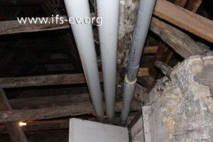 Die Rohre der Kaltwasserleitung verlaufen durch den ungedämmten Dachstuhl.