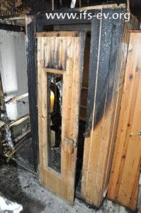 Blick auf die verbrannte Saunakabine