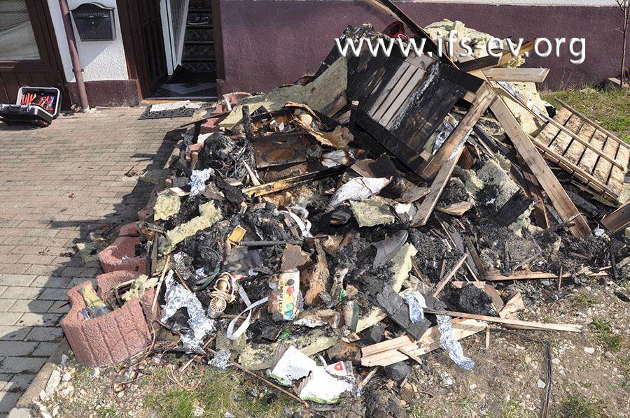 Die Bänke und allerlei Gegenstände wurden im Zuge der Löscharbeiten aus der Sauna ins Freie gebracht.