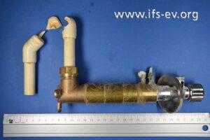 Einer der drei Rohrabschnitte bei der Laboruntersuchung: Der Riss verläuft durch die beiden Fittings, die in drei Teile zerbrochen sind.