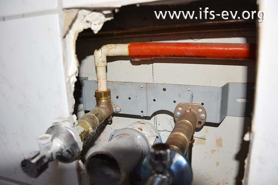 Der betroffene Warmwasseranschluss befindet sich beim Ortstermin des Gutachters noch in der Vorwandinstallation.
