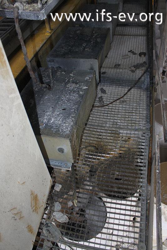 Zwischen den Abdeckungen der Bremswiderstände (links) und dem Gitterboden der Kranbühne befindet sich ein 22 Zentimeter breiter Spalt.