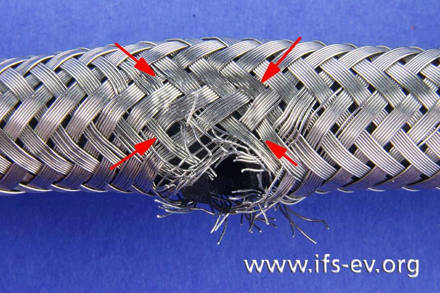 Auf dem Metallgeflecht zeichnet sich ein Rechteck ab.
