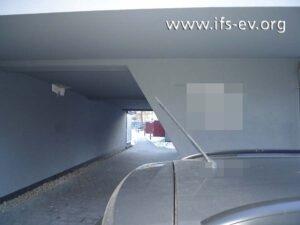 Der betroffene Rohrabschnitt wurde über dieser Durchfahrt verlegt.