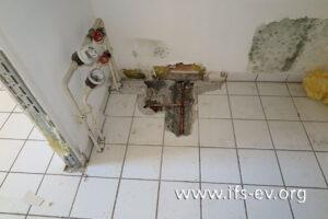 Die Warmwasserleitung im Fußboden war bereits repariert, als der IFS-Gutachter die Schadenstelle besuchte.