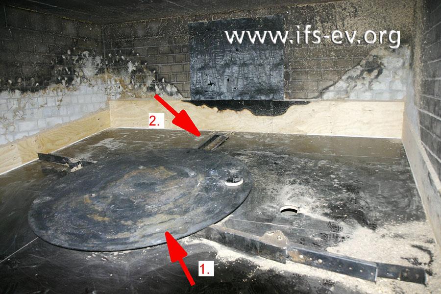 Über ein Rührwerk (1) und eine Förderschnecke (2) werden die Pellets aus dem Bunker zur Heizungsanlage transportiert.