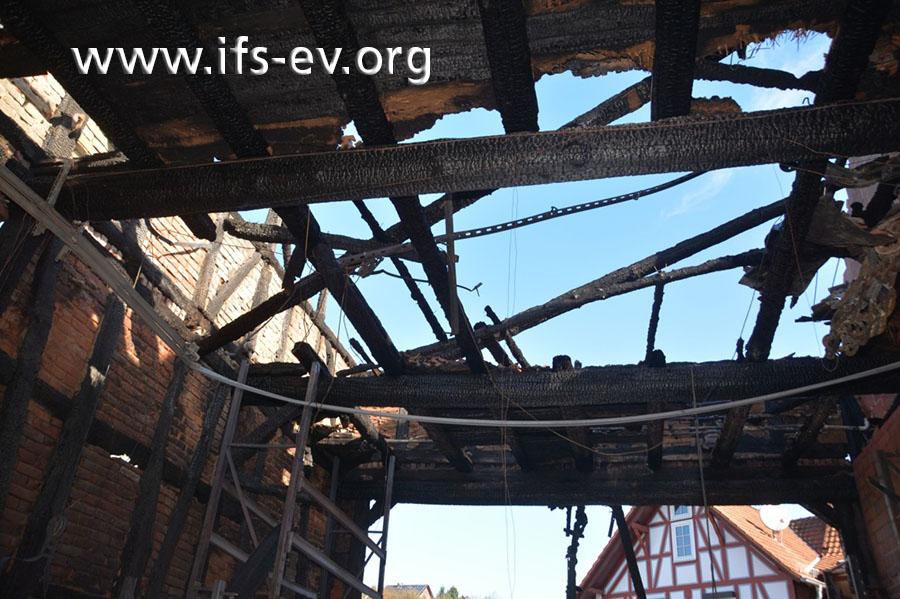 Über der Durchfahrt ist das Dach zerstört.