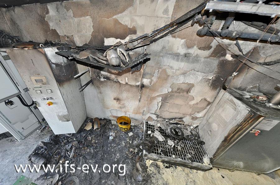 Das obere Regalbrett ist noch vorhanden; die beiden unteren sind verbrannt. (Der gelbe Eimer wurde erst nach den Löscharbeiten an diesen Platz gestellt.)