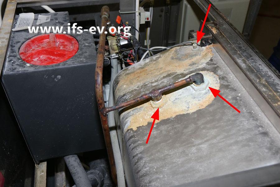 Ablaufspuren weisen auf eine Undichtigkeit an dem Reinigungs- und Desinfektionsautomaten hin.