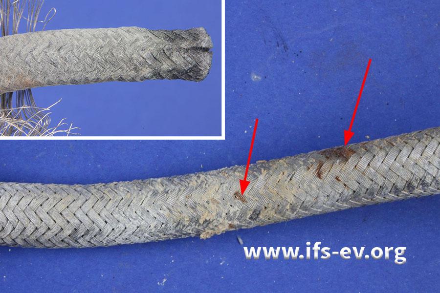 Das äußere Drahtgeflecht ist korrodiert und der schwarze Innenschlauch (kleines Bild) ist mit weißen Ablagerungen bedeckt.