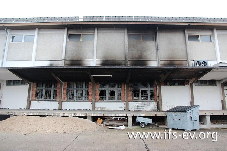 Von außen lassen sich die massiven Brandschäden im Gebäude nur erahnen.