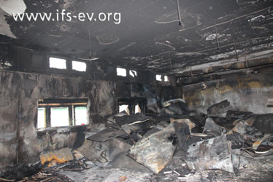Die Brandlast bestand vor allem aus metallenen, mit PUR-Schaum gefüllten Dämmplatten.