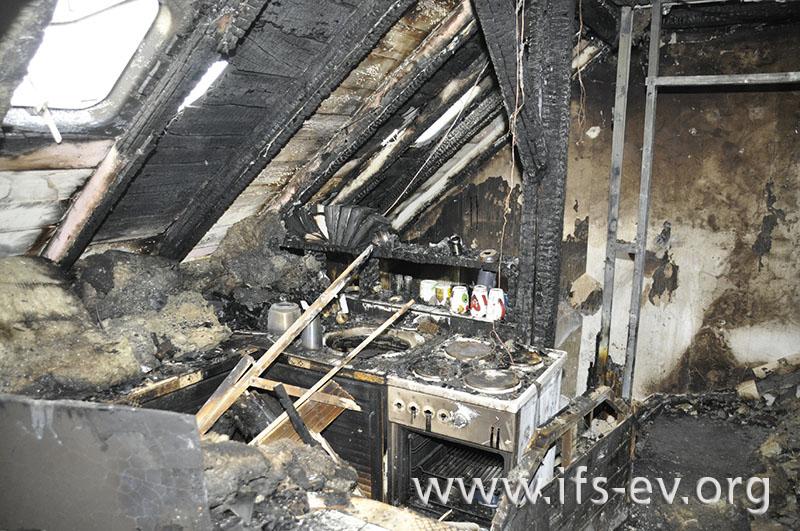 Die ausgebrannte Küche im Dachgeschoss