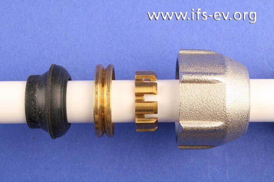 Beispiel für die korrekte Anordnung der Komponenten: Gummidichtung, Druckring, Klemmring und Verschraubung