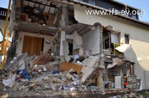 Die Außenwände, Innenwände und Geschossdecken des Hauses sind zum Teil herausgedrückt worden oder eingefallen.