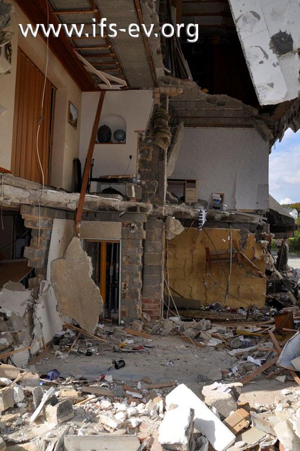 Eine ganze Gebäudeecke wurde durch die Druckwelle zerstört.