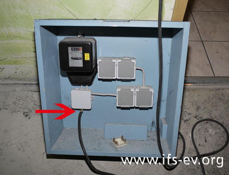 Bei dem baugleichen Baustromverteiler ist an der Einführung des Anschlusskabels die Stelle markiert, an der sich eine Zugentlastung befinden sollte.