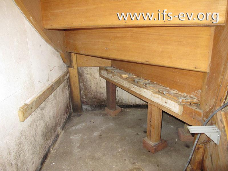 Am Holz an der Unterseite der Treppe ist ausgeprägter Schimmelbefall zu sehen.