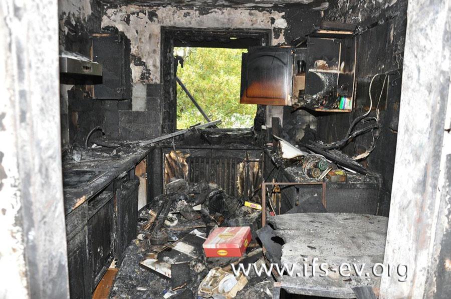 Ein Blick in die zerstörte Küche