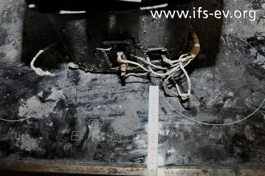 Zwischen der Bedieneinheit der Fritteuse und den Sensortasten des Kochfeldes lagen vor dem Schadeneintritt nur wenige Zentimeter.