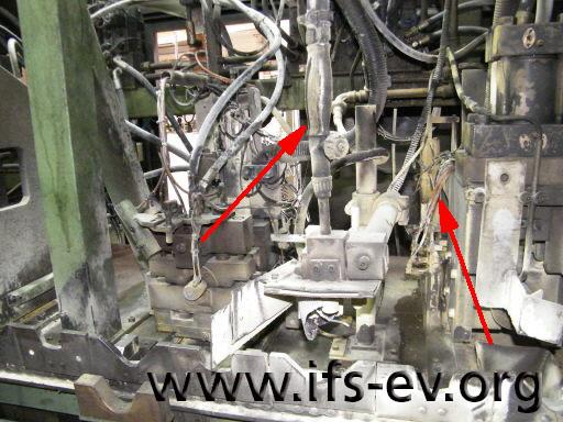 Oberflächliche Brandspuren und Öllachen im Schadenschwerpunkt an der Maschine