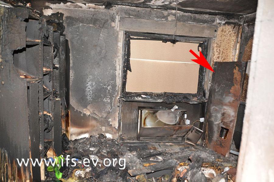 Im Schlafzimmer gibt es einen Brandschwerpunkt im Bereich der Heizung. Deren Abdeckung (Pfeil) wurde bei den Löscharbeiten demontiert.