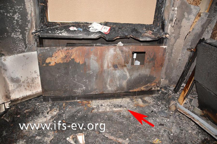 Rekonstruktion der ursprünglichen Situation: Vor der Heizung zeichnet sich ein Rechteck ohne Brandspuren auf dem Fußboden ab.