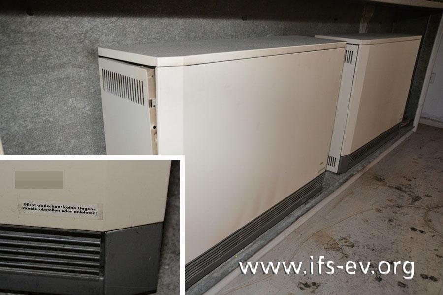 Im Wohnzimmer stehen baugleiche Nachtspeicherheizungen. Das kleine Bild zeigt einen Warnhinweis des Herstellers auf den Geräten.
