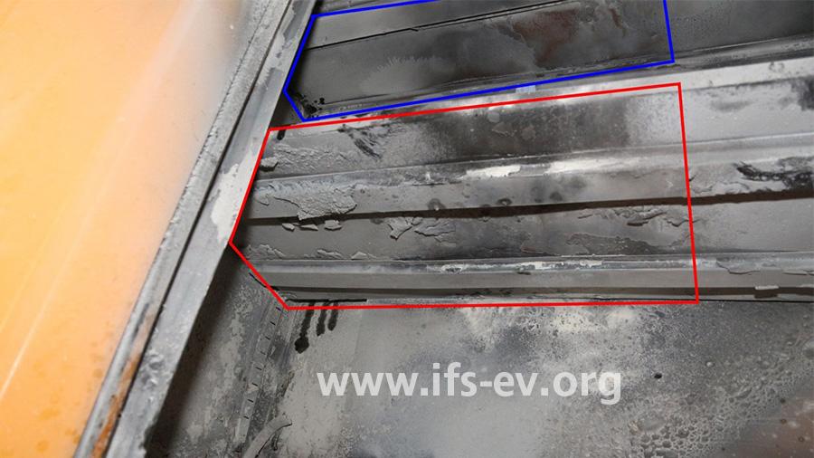 Die Unterseite des zweiten Regalbodens ist stärker thermisch beschädigt als die des darüber liegenden.