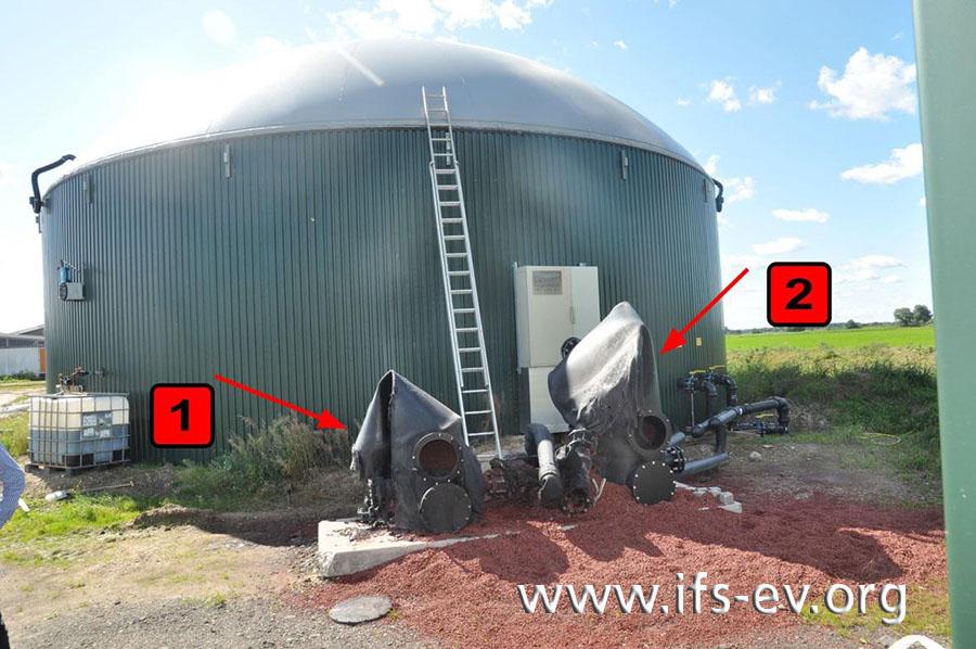 Vor dem Fermenter stehen die beiden Behälter der Entschwefelungsanlage.