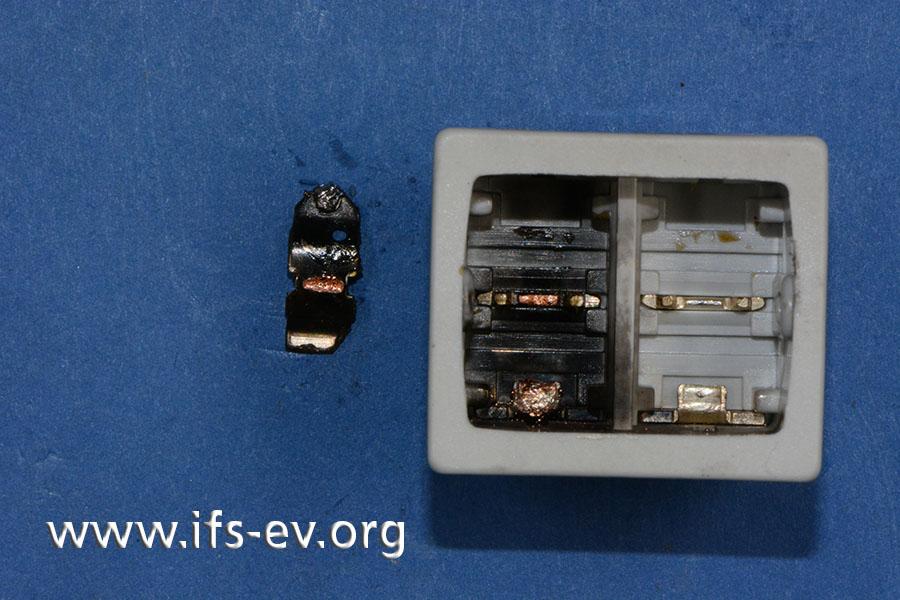 Der geöffnete Schalter: Auf der Neutralleiterseite wird die Schaltwippe herausgelöst. Sie war mit einem Kontakt verschmolzen und ein Schalten somit nicht mehr möglich.