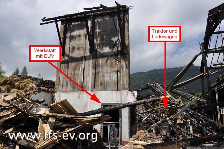 In der zerstörten Scheune befanden sich unter anderem ein Traktor und die Werkstatt mit der Elektrounterverteilung.