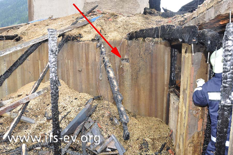 Im Bereich der Mühle hinter der Werkstatt befinden sich an der Wand die Reste zweier Kraftsteckdosen (Pfeil).