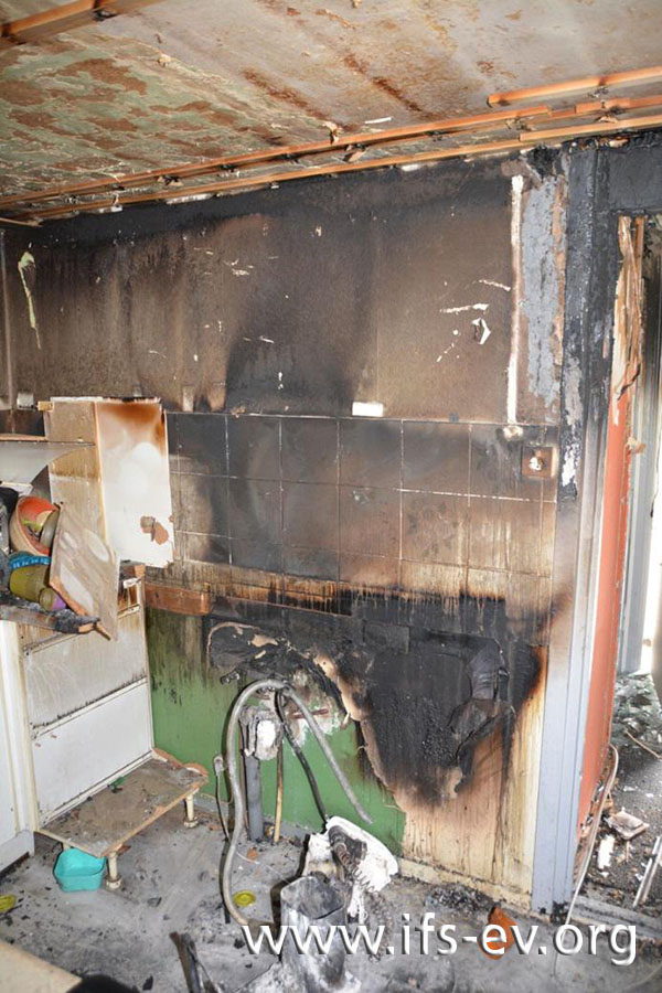 Im Zuge der Löscharbeiten hat die Feuerwehr Teile der Einbauküche ins Freie gebracht.
