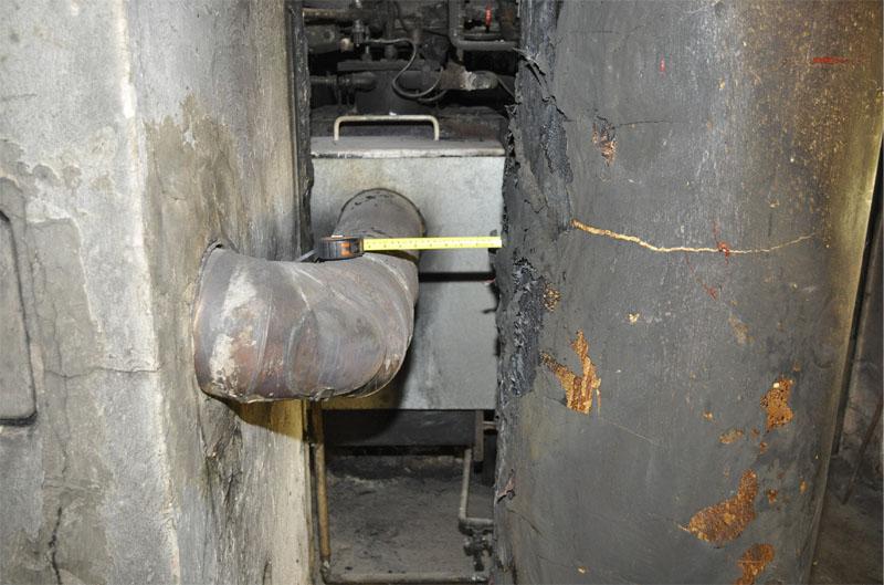 Der Abstand vom Verbindungsrohr zum Warmwassergerät wird gemessen.