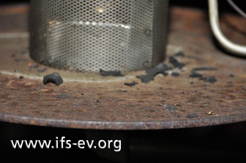 Auf der Metallplatte unter dem Strahler liegen verbrannte Partikel.