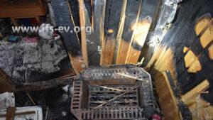 Blick auf den Saunaofen und die Brandspuren an der Wand