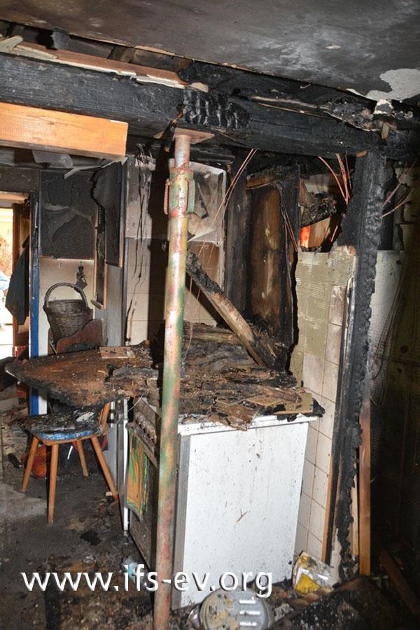 Der Brandschwerpunkt in der Küche: Hinter dem Elektroherd hat der Beistellherd gestanden.