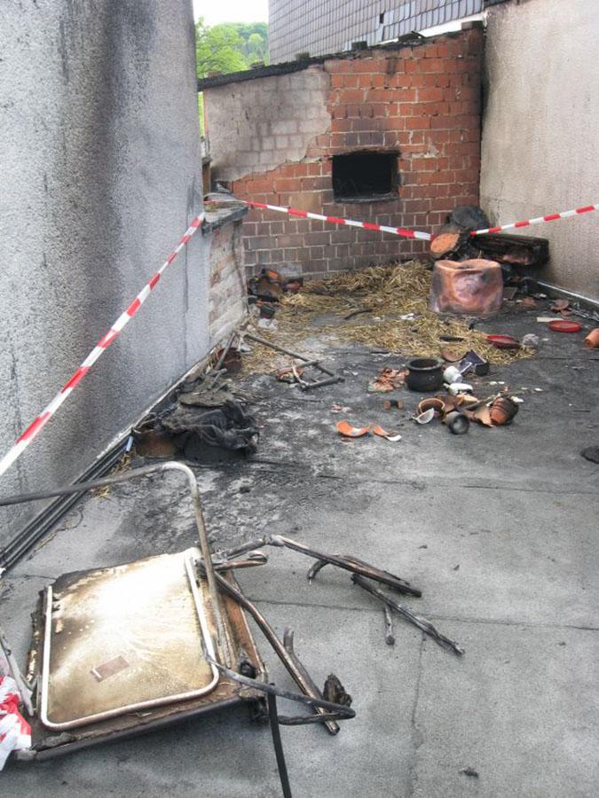 Als das IFS die Brandstelle untersucht, ist sie bereits geräumt. Diese Aufnahme, die dem Gutachter zur Verfügung gestellt wurde, zeigt die Situation direkt nach den Löscharbeiten.