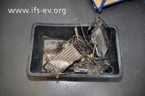 Die Reste des Luftentfeuchters erhält der Gutachter in einer Kunststoffwanne.