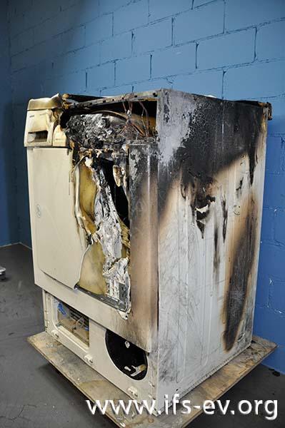 Einer der vom IFS untersuchten Wäschetrockner: Deutlich ist der Brandschwerpunkt im oberen rechten Bereich des Gerätes zu erkennen.