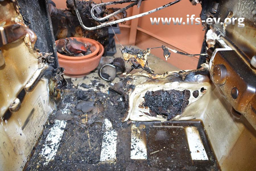 Blick in den Kühlschrank; die nicht brennbaren Überreste der Rückwand wurden demontiert: Unten links sind die Brandschäden am stärksten ausgeprägt.