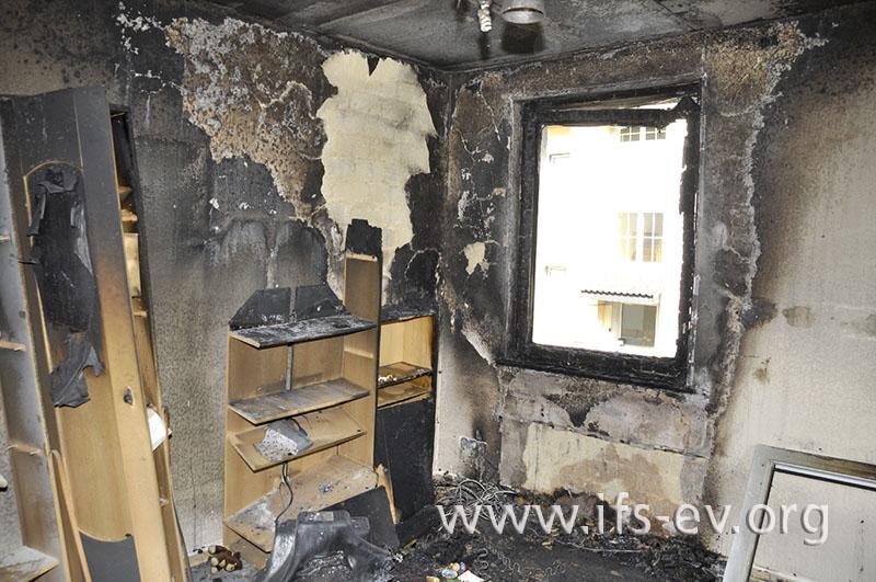 In einer Ecke des Wohnzimmers ist deutlich der Brandschwerpunkt zu erkennen.