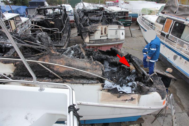 Brandschaden auf der Motoryacht: Der Pfeil markiert die Standheizung im Maschinenraum.