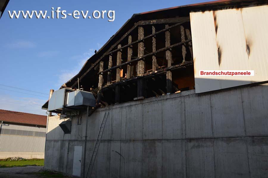 Im Zuge der Löscharbeiten wurden die Brandschutzpaneele zum Teil entfernt.