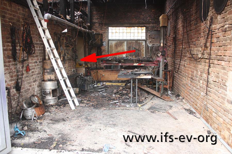 Blick vom Tor in die Scheune: Der Pfeil deutet auf den Brandausbruchsbereich.