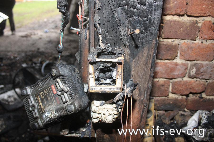 Das Gehäuse des Schalters ist noch gut erhalten, während das Innere stark verbrannt ist.
